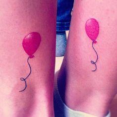 Mas tatuagens de melhores amigos não precisam ser conceituais. Vocês podem fazer desenhos iguais, mas optar por um que simboliza amor/diversão/espíritos livres: | 24 tatuagens fofas para melhores amigos