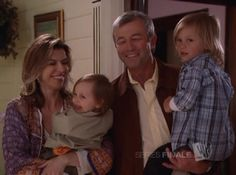 Patty Halliwell (Fiona Hughes) and Victor Bennett (James Read) hold their grandsons Chris and Wyatt in Charmed Serie Charmed, Charmed Tv Show, Best Series, Tv Series, Chris Halliwell, Phoebe And Cole, Charmed Sisters, Shannen Doherty, Fandom Crossover