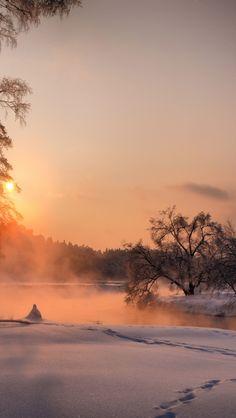 's nachts door de sneeuw wandelen tot het licht wordt