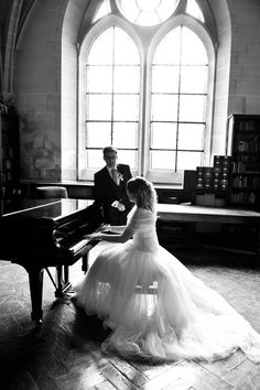 Autour d'un piano I just want a guy that plays piano❤ you've won my heart!