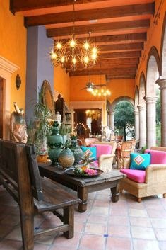 Anaranjado y otros colores fuertes combinan con los muebles de madera intensamente. El ladrillo da un toque rustico genial y elegante.