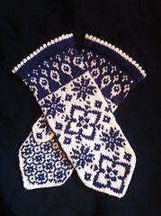 Ravelry: Maud pattern by JennyPenny Knitted Mittens Pattern, Fair Isle Knitting Patterns, Knit Mittens, Knitted Gloves, Knitting Socks, Knitting Stitches, Hand Knitting, Wrist Warmers, Hand Warmers