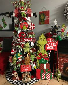 Grinch Christmas Decorations, Cool Christmas Trees, Christmas Themes, Grinch Trees, Grinch Christmas Party, Advent, Christmas Tree Inspiration, Christmas Projects, Consoles