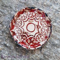 kleine Schale für Räucherkegel aus Keramik...von kreativesbypetra #Keramik #ceramik #ton #töpfern #töpferei #DIY #handmade #handgefertigt #Handwerk #kunstwerk #Unikat #geschenk #present #pottery #schale #räucherschale #räucherkegel #Glasur #glaze #glasurbrand #Esoterik #spirituell #Spiritualität #duft #düfte #botz #plattentechnik #Schildkröte #turtle #smoke #holysmokers #tray Petra, Coin Purse, Fruit, Mandalas, Spiritual, Clay, Artworks, Handmade, Canvas