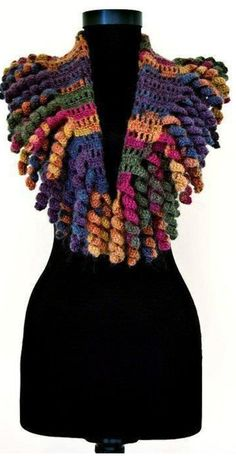 No pattern here. Another adorable Curlicue Scarf on Russian Site. I like the use of a variegated yarn for this exuberant design. Poncho Au Crochet, Mode Crochet, Crochet Collar, Freeform Crochet, Crochet Scarves, Crochet Clothes, Crochet Stitches, Crochet Baby, Knit Crochet