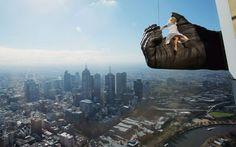 """Por nueve meses los visitantes de Eureka Skydeck podrán disfrutar la experiencia de revivir esta escena de la pelicula """"King Kong"""", claro que ahora los protagonistas serán ellos. Se pondrán a 300 metros sobre la ciudad en la gran mano de """"King Kong"""" (de 4,5 metros). Su inauguración será en el mes de junio en Melbourne, donde se encuentra ubicado el Eureka Sydeck, el edificio más alto del hemisferio sur.("""