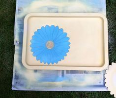 Spray paint flower tray project - Adding depth and definition to my blue daisy with a black pen Spray Paint Flowers, Chalk Spray Paint, Spray Painting, Yellow Words, My Workspace, Blue Daisy, Metal Trays, Sewing Box, Light Turquoise