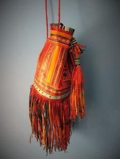 Petit sac bourse touareg en cuir rouge et jaune, fait à la main