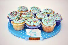 Composizione di Cupcakes per il Primo Compleanno con pergamena personalizzata e dipinta a mano