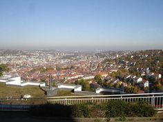 Die #Zacke bietet tolle Aussichten über den Stuttgarter #Talkessel. Hier sind wir gerade direkt beim Feinschmeckerlokal #Wielandshöhe vom TV-Starkoch Vincent #Klink. Links sieht man den #Killesberg, wo ich wohne. Die Hochhäuser darunter sind das #Katharinenhospital und die Uni. Weiter Richtung Bildmitte sieht man die Innenstadt mit #Tagblatt-Turm, #Rathaus, #Altem Schloß und #Bahnhofsturm.