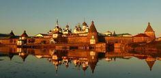 """Monastero Solovetsky (foto di Carla Milone) Nel viaggio """"verticale"""" lungo le frontiere europee orientali compiuto da Paolo Rumiz e narrato nel libro """"Trans Europa Express"""", l'autore descrive paesaggi pieni di fascino ancora ignoti o quasi dimenticati"""