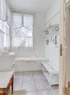 Iki-ihanassa Siurossa persoonallinen v.2001 valmistunut koti. Jo pihamaalta alkaen vanhan hyvän ajan tunnelma tavoittaa jokaisen kävijän. Sisällä kohtaat arkkitehdin itselle suunnittelemia modern