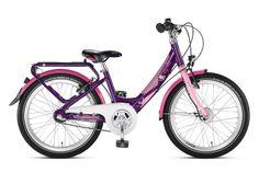 Fioletowo-różowy rower Puky Skyride 20-3 Alu Light posiada aluminiową ramę, 20 calowe koła, sztywny widelec, bardzo porządne błotniki, dynamo w piaście i stosowne oświetlenie, nóżkę, bagażnik, dwa hamulce v-brake, do zmiany 3 przełożeń przerzutki Shimano Nexus (w piaście z hamulcem) służy manetka obrotowa. Puky poleca rower Skyride 20-3 dla dzieci o wzroście od 120 cm / długość nóżki 55 cm / wiek 6+.