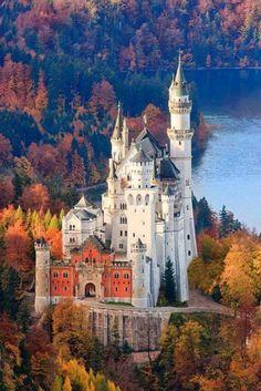 El castillo de Neuschwanstein entre los colores del otoño en Bavaria, #Alemania.
