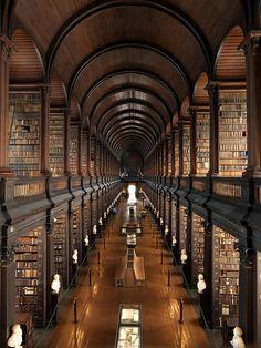 Die Bibliothek des Trinity College Dublin, die Universitätsbibliothek des 1592 gegründeten Trinity College in Dublin. Sie ist Irlands größte Bibliothek und beherbergt 4,5 Millionen Bände.