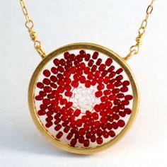 Collar upsalas círculo mediano color rojo difuminado. Diseñado por Cynthia Serrano