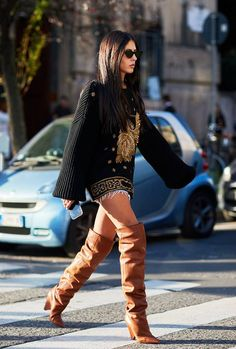 Over the knee boots outfits: tan slouchy boots + Versace inspired jumper dress. Milan Fashion Week Street Style, Street Style Trends, Spring Street Style, Milan Fashion Weeks, Cool Street Fashion, Street Style Looks, Spring Style, Street Chic, Look Casual