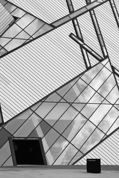 (ROM) Royal Ontario Museum, Toronto designed by Daniel Libeskind. © Scott Norsworthy ♥ by 2014 Museum Architecture, Futuristic Architecture, Facade Architecture, Amazing Architecture, Contemporary Architecture, Concept Architecture, Modern Buildings, Beautiful Buildings, Royal Ontario Museum