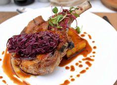 Costeleta de porco, repolho roxo braseado, terrine de mandioquinha e purê de maçã verde do novo Petí Gastronomia, em Perdizes
