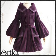 Пальто бордовой расцветки с капюшоном и поясом
