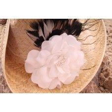 Deze exclusieve hippe (cowboy) strandhoed in Ibiza stijl is versierd met een kanten bies en een grote witte bloem met zwarte veertjes.  Van elk exemplaar is er maar één gemaakt! Leuk te combineren met onze exclusieve hippe rieten strandtas (ibiza style).