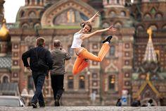 Tanya Gomzhina, acrobat; Griboedov channel. Dancing Saint Petersburg. Source: Vitaliy Sokolovsky