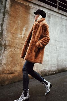 You will feel yourself hugging a large teddy in this brown faux fur coat! 🐻 Mid-length Brown Faux Fur Coat with pockets on the side. Street Style Outfits, Look Street Style, Mode Outfits, Winter Outfits Women, Fall Outfits, Outfit Winter, Winter Wear, Snake Print Boots, Coats For Women
