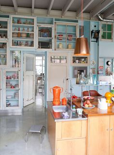 Blue and orange colored kitchen | Styling Studio Boot | Photographer Jean-Marc Wullschleger/Living Agency | vtwonen June 2014