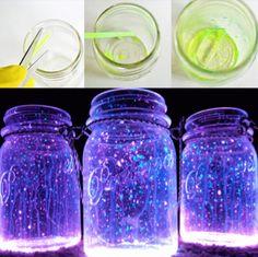 <SEMANA DA CRIANÇA> JARRA DE VAGALUMES   com uma pulseira de neon, dessas de festa, e um pote de vidro você cria um pote luminoso. Basta quebrar a pulseira e espalhar o conteúdo dela por dentro do vidro, depois é só rechear com gel de cabelo, fechar e colocar no escuro. Vai parecer que tem um monte de vagalumes no quarto das crianças! #luminária #potinholuminoso #luzes #criatividade #brinquedo #doityourself #tecnisa #diadascrianças