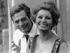 """Marcello Mastroianni, 90 anni fa - Il Post - Marcello Mastroianni e Sophia Loren sul set del film """"Ieri, oggi, domani"""", del 1963  (AP Photo"""