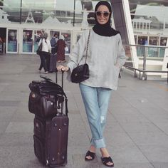 Very comfy travel wear 😎 Luggage Muslim Women Fashion, Modern Hijab Fashion, Hijab Fashion Inspiration, Modesty Fashion, Unique Fashion, Hijab Styles For Party, Hijab Style Tutorial, Hijab Casual, Casual Outfits