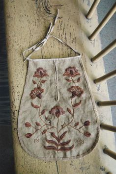 Crewel embroidered sewing pocket Tambour Embroidery, Floral Embroidery, Hand Embroidery, Vintage Patterns, Vintage Sewing, Sewing Patterns, Stitch Games, Sewing Pockets, 18th Century Clothing