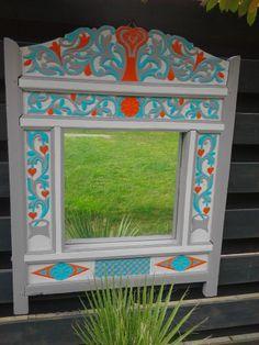Oud Mexicaans bed hoofdeind geschilderd en voorzien van een spiegel
