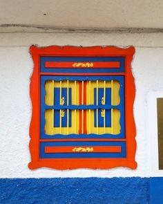 Filandia, Quindío (Colombia)  Eje Cafetero- Paisaje Cultural Cafetero - Coffee Cultural Landscape Windows And Doors, Packaging, Posters, Instagram, Home Decor, Colorful Houses, Balconies, Urban Cottage, Rustic Doors