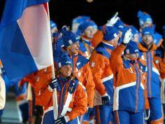 2006 Turijn Italie. Met snowboardster Nicolien Sauerbreij als vlaggendrager betreed de Nederlandse equipe het stadion.