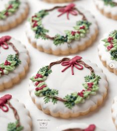 Cute Christmas Cookies Edition - The best fun, decorated royal icing Christmas cookie ideas. Cute ideas for a gift exchange, for kid - Christmas Wreath Cookies, Iced Cookies, Christmas Sweets, Christmas Cooking, Noel Christmas, Royal Icing Cookies, Holiday Cookies, Cookies Et Biscuits, Christmas Recipes