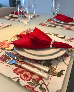 JOGO AMERICANO IMPERMEÁVEL! ❤️ . Perfeito para o dia a dia! Super simples de limpar! Lindas estamos disponíveis pronta entrega! . E ainda por cima estamos com super desconto esse mês de JANEIRO/18!! . PEDIDOS 27 99700-6562 #sousplatdecor #jogoamericano_sd Place Settings, Table Settings, Valentines Day, Centerpieces, Diy, Dinning Table, Placemat, Hot Pads, Table Toppers