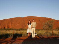 Kate Middleton e Príncipe William posam com o Uluru ao fundo, na Austrália (Foto: Phil Noble/ Reuters)