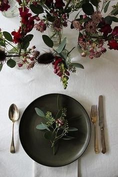 Black Gold Party Simple yet pretty Christmas / party table inspiration - With only a few days to go before the holidays I thought I'd share some beautiful inspiration for creating a rustic Christmas table - or si. Christmas Party Table, Christmas Table Settings, Holiday Tables, Rustic Christmas, Christmas Christmas, Xmas, Christmas Wedding, Swedish Christmas, Elegant Christmas