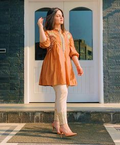 Pakistani Fashion Party Wear, Indian Fashion Dresses, Dress Indian Style, Indian Designer Outfits, Pakistani Outfits, Fashion Outfits, Kurti Pakistani, Pakistani Designer Clothes, Pakistani Casual Wear