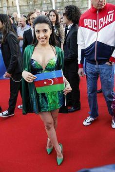 Azerbaidzhanin edustajalla Samralla oli yksi punaisen maton anteliaimmista kaula-aukoista. –Tiistain semifinaali ei jännitä minua suuremmin. Yritän vain tehdä parhaani. Eikä minulla ole mitään menetettävää, sillä olen sairastanut kuumetautia jo kauan ja tulen kisaan laulamaan vain sen, minkä ikinä pystyn, Samra sanoi.