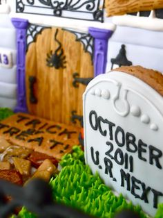 Halloween gingerbread house...great details Halloween Gingerbread House, Halloween Cookies, Gingerbread Houses, Holidays Halloween, Halloween Party, Halloween Decorations, Halloween Ideas, Cookie House, Christmas Home