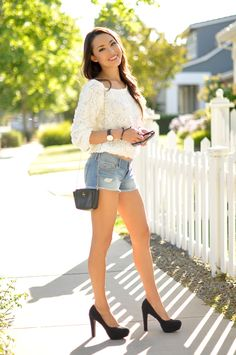 Denim Shorts Top White Roses by Hapa Time Jessica Ricks, Sexy Legs And Heels, Dress And Heels, Fashion Models, Girl Fashion, Fashion Outfits, Young Fashion, Fashion Bloggers, Fashion Designers
