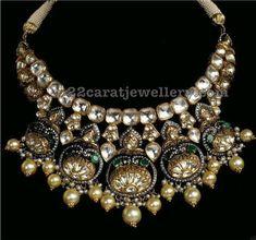 Gold Jewelry Design In India Royal Jewelry, India Jewelry, Rose Gold Jewelry, Diamond Jewelry, Small Pearl Necklace, Indian Necklace, Gold Necklaces, Indian Wedding Jewelry, Indian Bridal