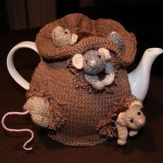 Project 004 the debi birkin sack of mice tea cosy Crochet Mouse, Crochet Amigurumi, Knit Or Crochet, Crochet Crafts, Yarn Crafts, Tea Cosy Knitting Pattern, Tea Cosy Pattern, Animal Knitting Patterns, Crochet Patterns