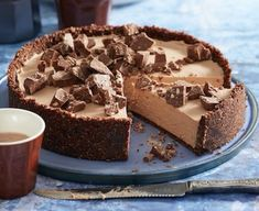 This easy no bake Toblerone Cheesecake is a winner on every level. One look is all you need and the great news, it& ready in 30 short minutes. Toblerone Cheesecake Recipe, Toblerone Cake, Cheesecake Recipes, Raspberry Cheesecake, Cheesecake Bites, Dessert Simple, Easy No Bake Desserts, Dessert Recipes, Desserts Diy