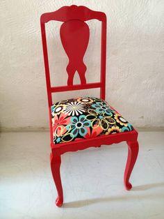 Cadeira antiga laqueada em vermelho e tecido estampado importado. R$ 550,00