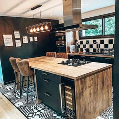 Cuisine industrielle moderne Une cuisine industrielle met d'accord toute la fa. - Expolore the best and the special ideas about Modern industrial Rustic Kitchen, Kitchen Decor, Kitchen Modern, Kitchen Cart, Kitchen Layout, Kitchen Ideas, Modern Industrial, Kitchen Industrial, Industrial Sheds