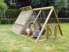Ce poulailler Truffaut, modèle Toutankhamon, est idéal pour 4 à 6 poules. En bois traité, il est équipé d'un sol tiroir, très pratique pour le nettoyage, de 3 nids, et de perchoirs.