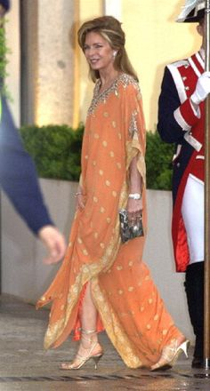 Queen Noor Of Jordan Attends A Gala Dinner At The El Pardo Royal Palace In Madrid. What a gorgeous dress! Kaftan Designs, Queen Noor, Jordan Royal Family, Mode Abaya, Gala Dinner, Nikkah Dress, Ageless Beauty, King Queen, Elegant Woman